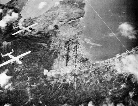 ラバウル上空を飛ぶ B-25