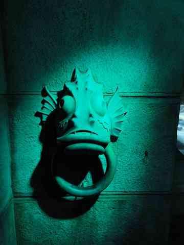 空想の怪魚の像