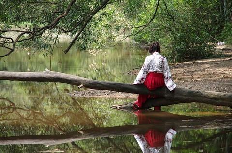 川辺の女性 後ろ姿